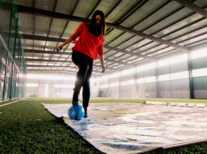 Художница рисует портреты звезд Чемпионата Мира футбольным мячом